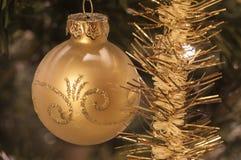 Julboll och glittergirland arkivbilder