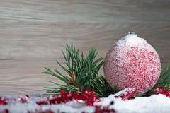 Julboll och snö på abstrakt bakgrund arkivfoto