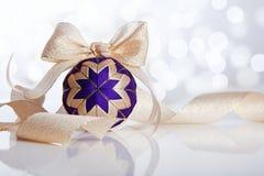 Julboll på abstrakt bakgrund Arkivbilder