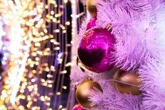 Julboll på en oskarp bakgrund Royaltyfria Bilder