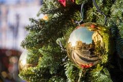 Julboll på filialer royaltyfri foto