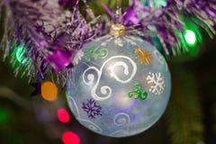 Julboll på jultree Royaltyfria Foton
