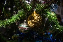 Julboll på jultree Arkivbilder