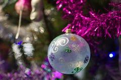 Julboll på jultree Royaltyfri Bild
