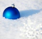 Julboll på snow Royaltyfria Bilder