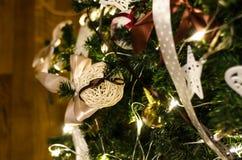 Julboll på trädslutet upp Royaltyfri Fotografi