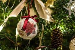 Julboll på trädslutet upp Arkivfoton