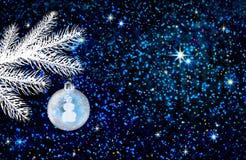 Julboll som isoleras på blå bokehbakgrund Arkivbilder