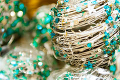 Julbollar av guld- färgbakgrund för tråd eller för stångsilver med andra garneringar och girlander kopiera avstånd Royaltyfri Bild