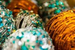 Julbollar av tråd- eller stångbakgrund med andra garneringar och girlander kopiera avstånd Royaltyfri Bild