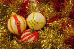 Julbollar dekorerade med gula och röda pärlor i glitter Fotografering för Bildbyråer