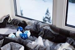 Julbollar i fönster Royaltyfri Bild