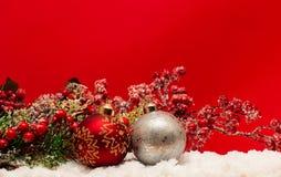 Julbollar i snowen arkivfoton
