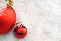 Julbollar i snowen Royaltyfria Foton