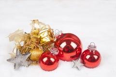Julbollar i snowen Royaltyfri Foto