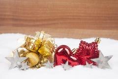 Julbollar i snowen Arkivbilder