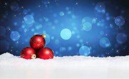 Julbollar i snowen royaltyfri bild