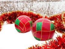 Julbollar i snowen Royaltyfria Bilder