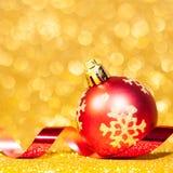 Julbollar med bandet på abstrakt bakgrund Royaltyfria Foton
