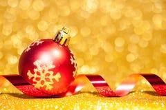 Julbollar med bandet på abstrakt bakgrund Royaltyfri Foto