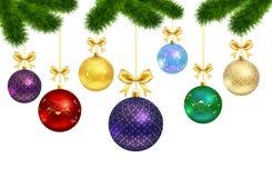 Julbollar med den prydnad- och päls-träd ramen Arkivfoton