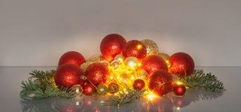 Julbollar med felika ljus Arkivbilder