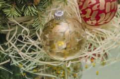 Julbollar med julträdfilialen Arkivfoton