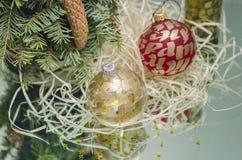 Julbollar med julträdfilialen Royaltyfri Fotografi