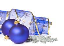 Julbollar och band Royaltyfri Bild
