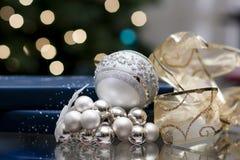 Julbollar och blå giftbox Arkivfoton