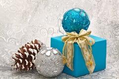 Julbollar och gåva royaltyfri bild