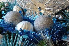 Julbollar och glitter på en julkrans Fotografering för Bildbyråer