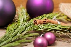 Julbollar och kanel Royaltyfria Bilder