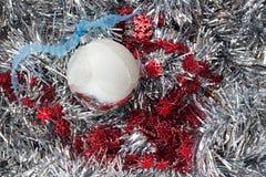 Julbollar och snöflinga på abstrakt bakgrund Royaltyfria Foton