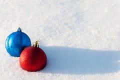 Julbollar på en snö Arkivbild