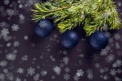 Julbollar på filialgranen Arkivbild
