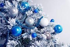 Julbollar på granträd blå white Ferier för nytt år och jultidberöm royaltyfria foton