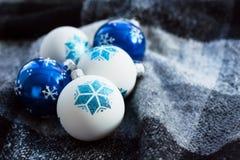 Julbollar på julgranen Royaltyfri Bild