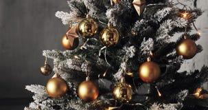 Julbollar på julgranen Bakgrund med färgrika struntsaker på julgranen stock video
