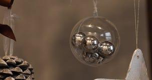 Julbollar på julgranen nytt år för julgarnering Abstrakt suddig Bokeh feriebakgrund stock video