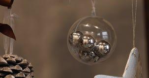 Julbollar på julgranen nytt år för julgarnering Abstrakt suddig Bokeh feriebakgrund arkivfilmer
