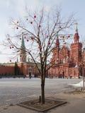 Julbollar på röd fyrkant Arkivbild