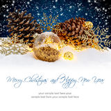 Julbollar på snöig nattbakgrund Begrepp för vinterferier Royaltyfri Bild
