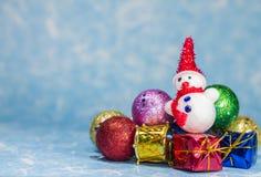 Julbollar prydnad och snögubbe Royaltyfri Fotografi
