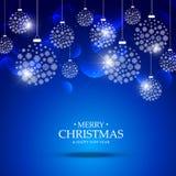 Julbollar som göras med snöflingor som hänger på blå bakgrund Arkivfoto