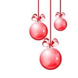 Julbollar som hänger med bandet, bugar på vit bakgrund Arkivfoton