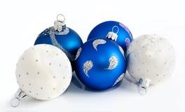 Julbollar som isoleras på en vit Arkivbilder