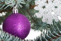 Julbollar som räcker på ett träd. Royaltyfri Bild