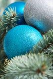 Julbollar som räcker på ett träd. Arkivfoton