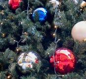 Julbollbollar och ljus Arkivbilder